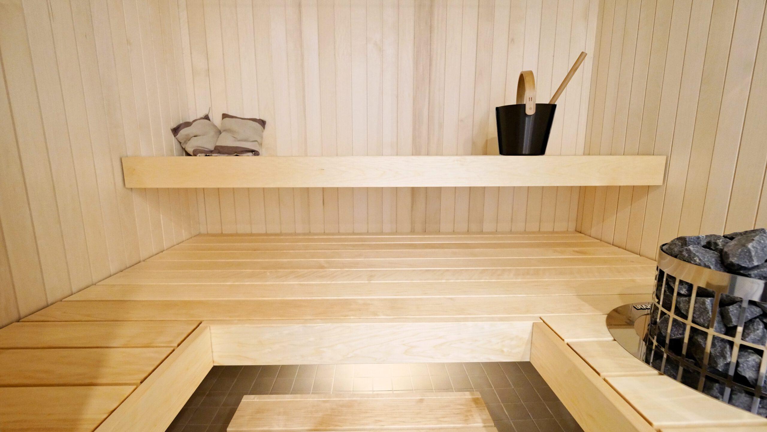 vaalea sauna, jossa näyttävät saunalauteet