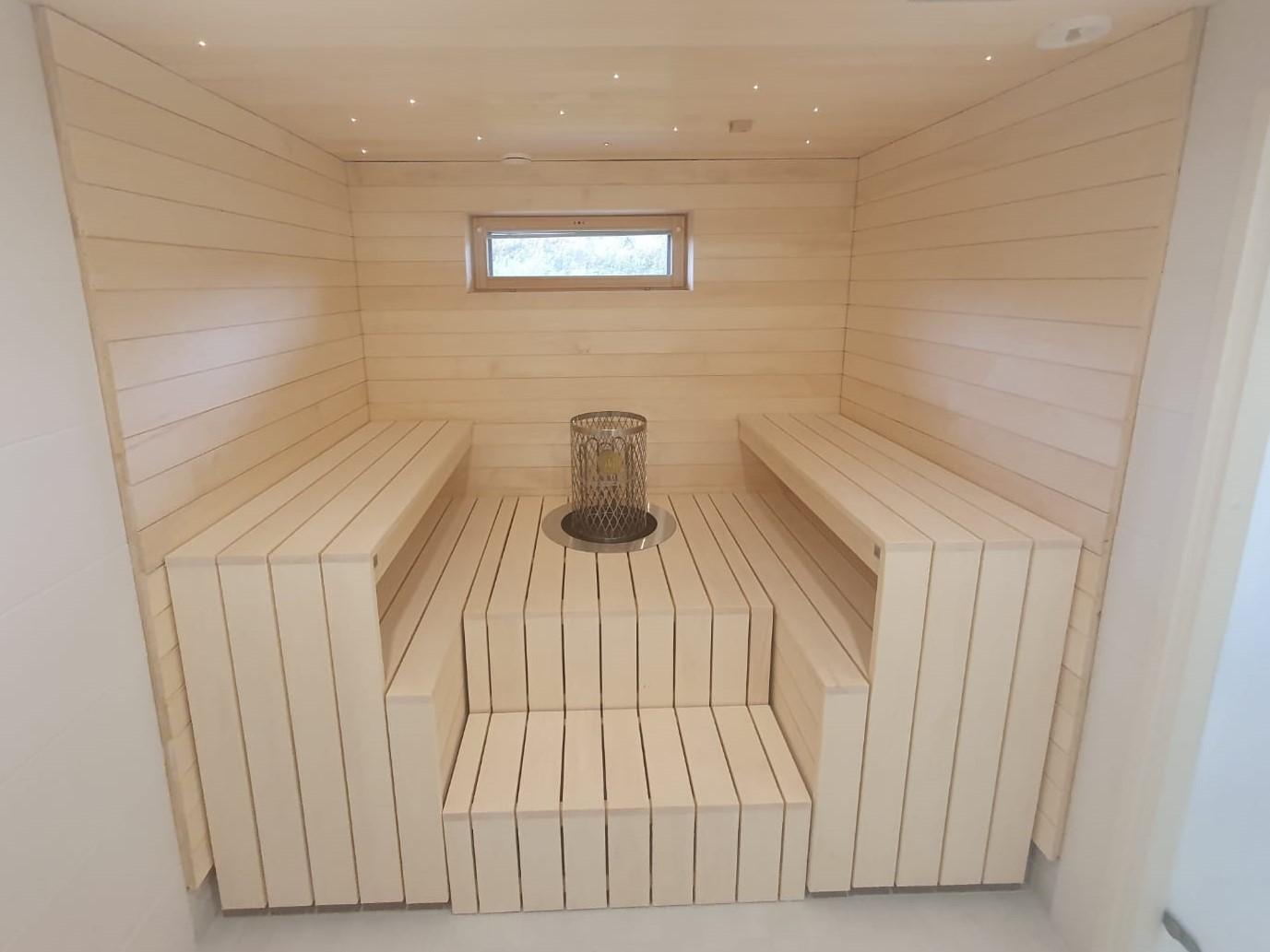 Vastakkain istuttavat saunan lauteet modernissa saunassa