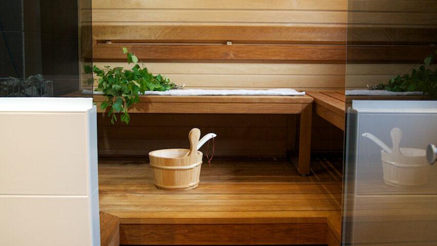 Tunnelmallinen sauna, jossa hienot lauteet